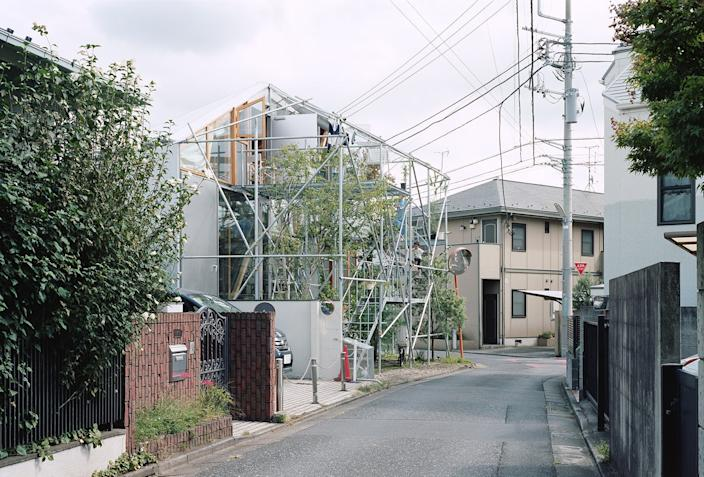 "<div class=""caption""> The home stands in stark contrast to the other homes in the Tokyo neighborhood. </div>"