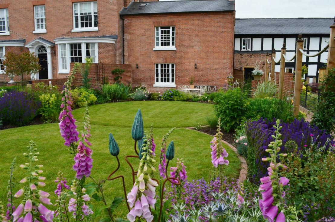 <p>A shapely lawn, full to bursting borders and a lot of colour will never go out of style, in terms of being a perfect landscaping choice for rural UK homes. It's all about working with the aesthetic, age and location of a property, to get that ideal outdoor space and this steadfast yet simple look is lovely for older properties.</p><p>The only disadvantages of a garden with a traditional touch are that regular pruning and dead-heading will be necessary, as will proper lawn mowing.</p>  Credits: homify / Unique Landscapes