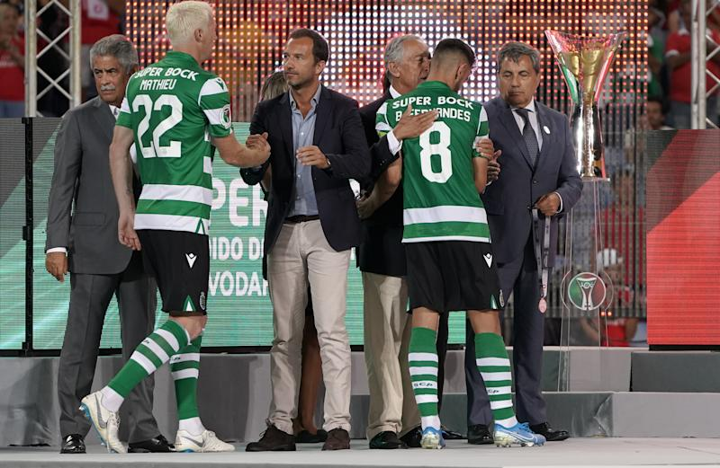 FARO, PORTUGAL - AUGUST 4: Bruno Fernandes of Sporting CP with Portugal President Marcelo Rebelo de Sousa at the end of the Portuguese SuperCup match between SL Benfica and Sporting CP at Estadio Algarve on August 4, 2019 in Faro, Portugal. (Photo by Gualter Fatia/Getty Images)