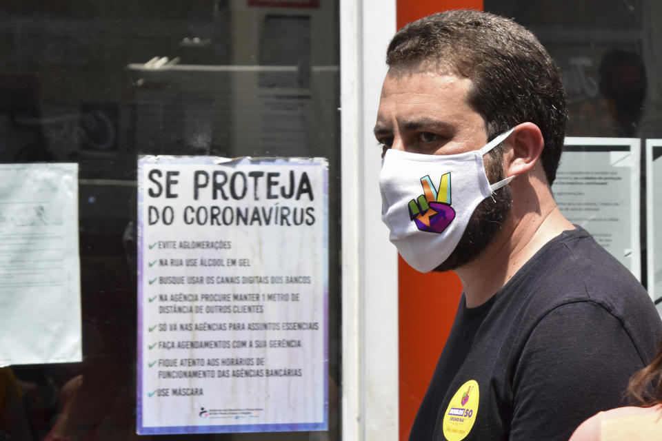 Guilherme Boulos, (PSOL) candidate for Mayor of São Paulo, does leafleting and talks with the population on Rua 25 de Março, this Monday, November 9, 2020 in Sao Paulo, Brazil. (Photo: Roberto Casimiro/Fotoarena/Sipa USA)(Sipa via AP Images)
