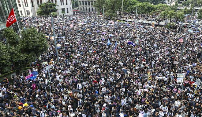 Protesters join a march from Chater Garden to the US consulate in Central on Sunday. Photo: K.Y. Cheng