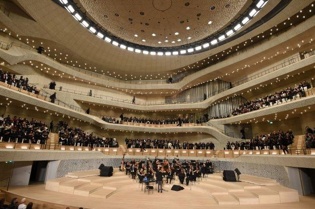 Following on from last year's event in the Elbphilharmonie in Hamburg (seen here), Chanel will show its Métiers d'Art collection in the  Metropolitan Museum of Art in New York