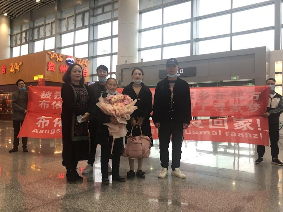 Volunteers welcoming Dezliangz and her daughter at the Xingyi Airport.