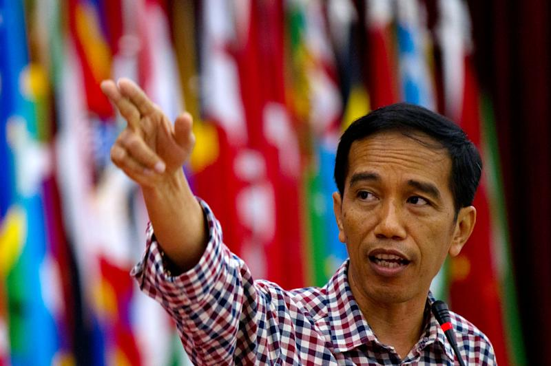 Indonesian presidential candidate Joko Widodo addresses a government conference on world oceans day as he campaigns in Bandung city, western Java island on June 11, 2014 (AFP Photo/Romeo Gacad)