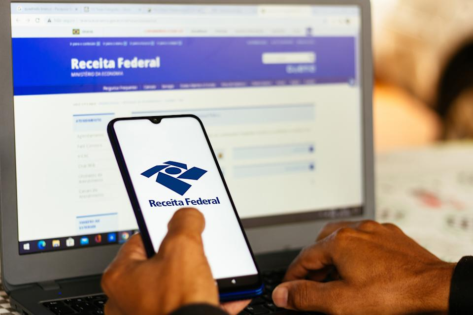 BRAZIL - 2020/10/29: In this photo illustration the Receita Federal logo seen displayed on a smartphone. (Photo Illustration by Rafael Henrique/SOPA Images/LightRocket via Getty Images)
