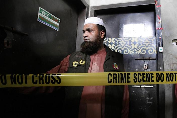 A policeman stand guards outside the home of murdered Bangladeshi blogger Niloy Chakrabarti, who used the pen-name Niloy Neel, on August 7, 2015 in Dhaka (AFP Photo/)