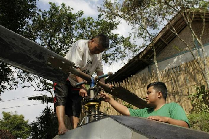 Jujun Junaedi (L) is not the first person to try and build an artisanal aircraft (AFP Photo/Wulung WIDARBA)