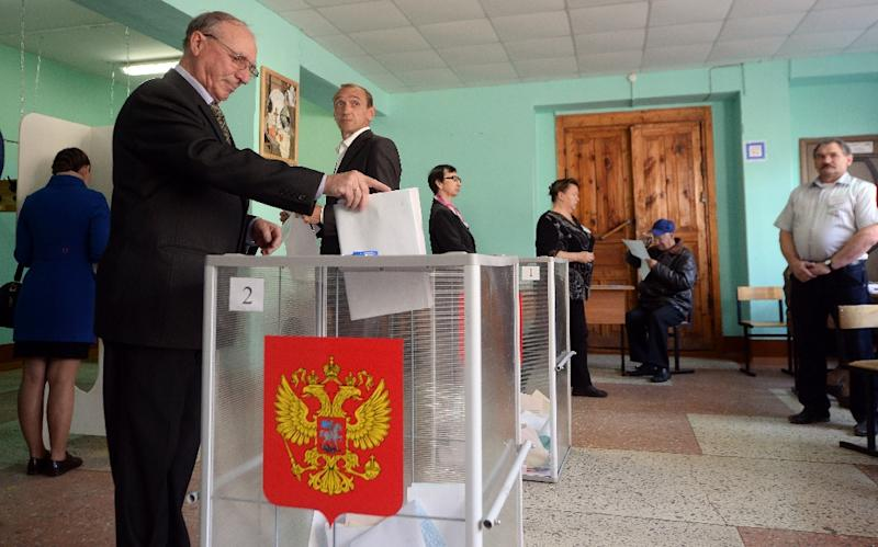 A man casts his ballot for the Russian regional elections at a polling station in the town of Kostroma on September 13, 2015 (AFP Photo/Dmitry Serebryakov)
