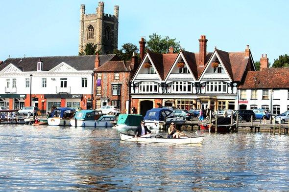 Dogs blamed for 'rotting' lampposts in upmarket Henley-on-Thames