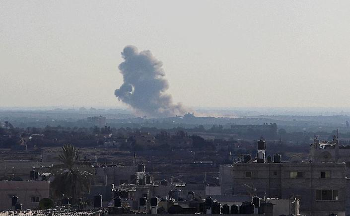 Smoke billows from an explosion in Egypt's northern Sinai, as seen from the Rafah border of the southern Gaza Strip on September 17, 2015 (AFP Photo/Said Khatib)