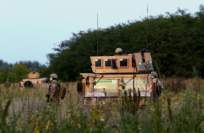 Hungarian soldiers patrol at the border with Serbia by the Roszke crossing, September 16, 2015 (AFP Photo/Sandor Gemesi)