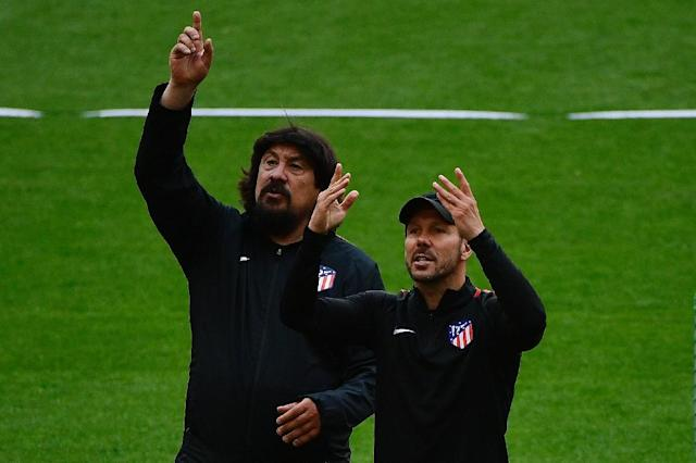'Mono' Burgos (L) with Diego Simeone (AFP Photo/PIERRE-PHILIPPE MARCOU)