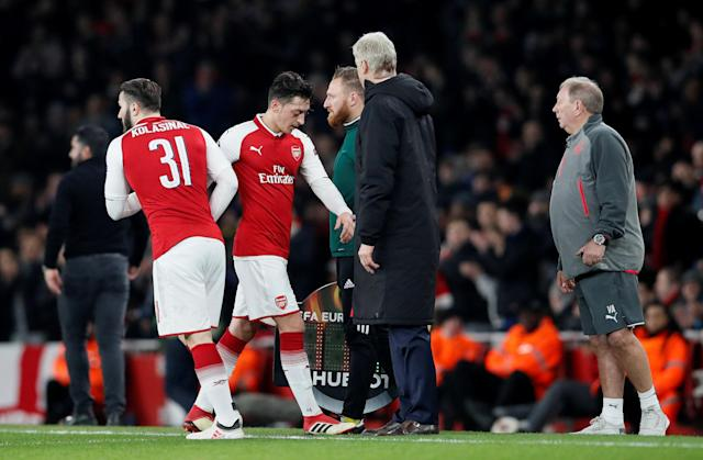 Soccer Football - Europa League Round of 16 Second Leg - Arsenal vs AC Milan - Emirates Stadium, London, Britain - March 15, 2018 Arsenal's Sead Kolasinac comes on as a substitute to replace Mesut Ozil as manager Arsene Wenger looks on REUTERS/David Klein