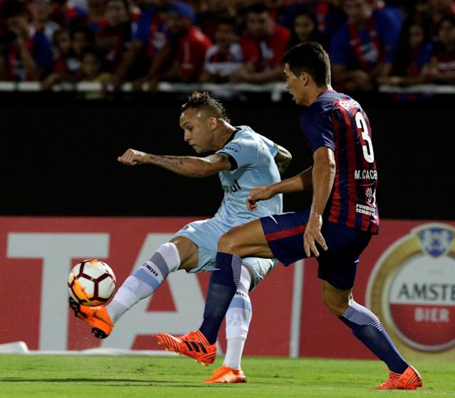Soccer Football - Paraguay's Cerro Porteno v Brazil's Gremio - Copa Libertadores - General Pablo Rojas Stadium, Asuncion, Paraguay - April 17, 2018. Everton of Gremio and Marcos Caceres of Cerro Porteno in action. REUTERS/Jorge Adorno