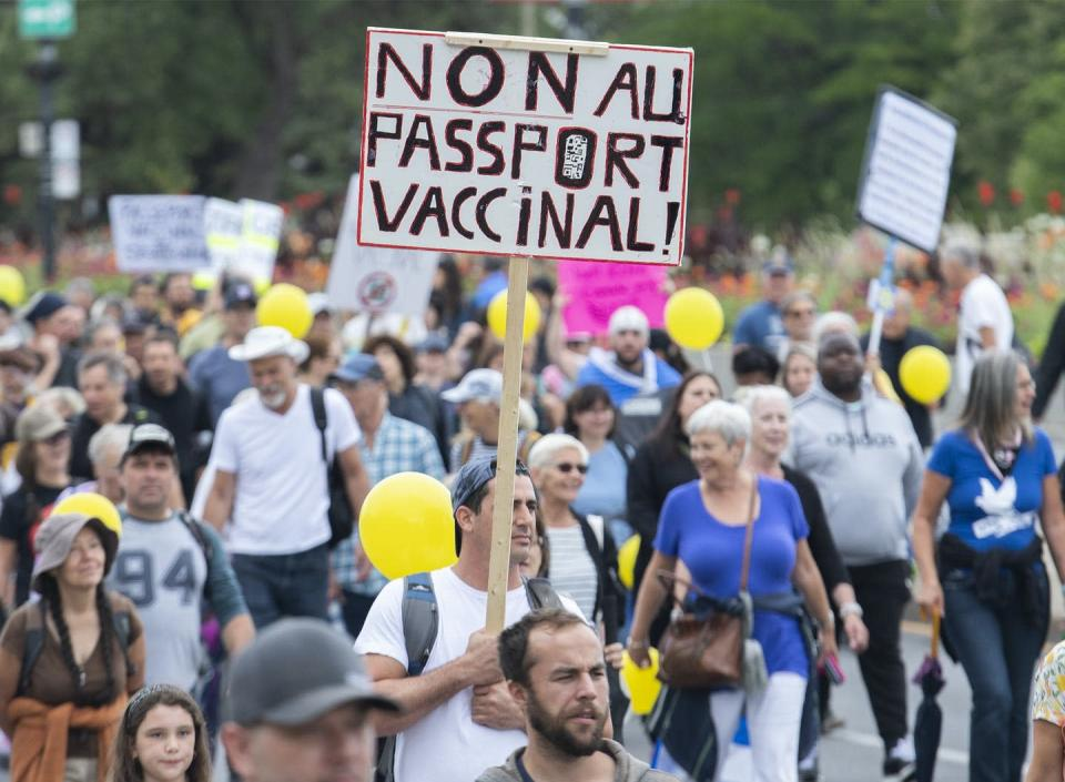 """<span class=""""caption"""">In Montréal, people protested the Québec government's measures to help stop the spread of COVID-19.</span> <span class=""""attribution""""><span class=""""source"""">(The Canadian Press/Graham Hughes)</span></span>"""
