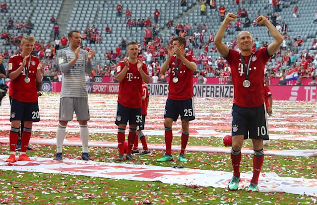 Soccer Football - Bundesliga - Bayern Munich v VfB Stuttgart - Allianz Arena, Munich, Germany - May 12, 2018 Bayern Munich's Arjen Robben, Thomas Mueller, Joshua Kimmich and team mates celebrate winning the Bundesliga REUTERS/Michael Dalder DFL RULES TO LIMIT THE ONLINE USAGE DURING MATCH TIME TO 15 PICTURES PER GAME. IMAGE SEQUENCES TO SIMULATE VIDEO IS NOT ALLOWED AT ANY TIME. FOR FURTHER QUERIES PLEASE CONTACT DFL DIRECTLY AT + 49 69 650050