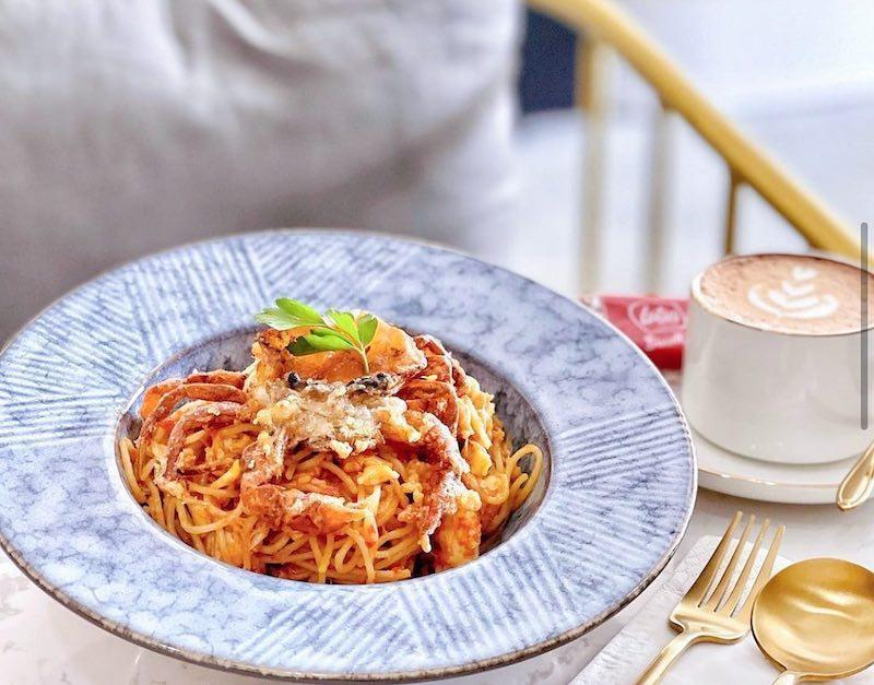A plate of chilli crab pasta