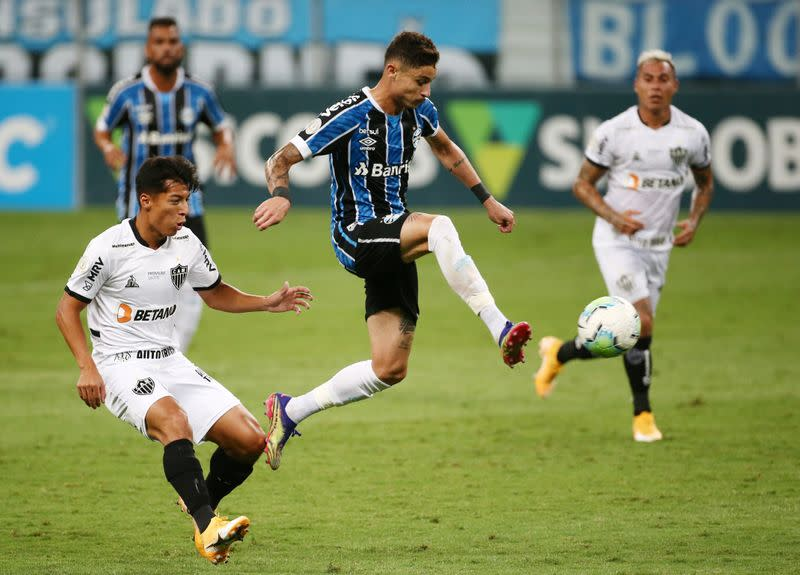 Late goals steal point for Gremio in title battle
