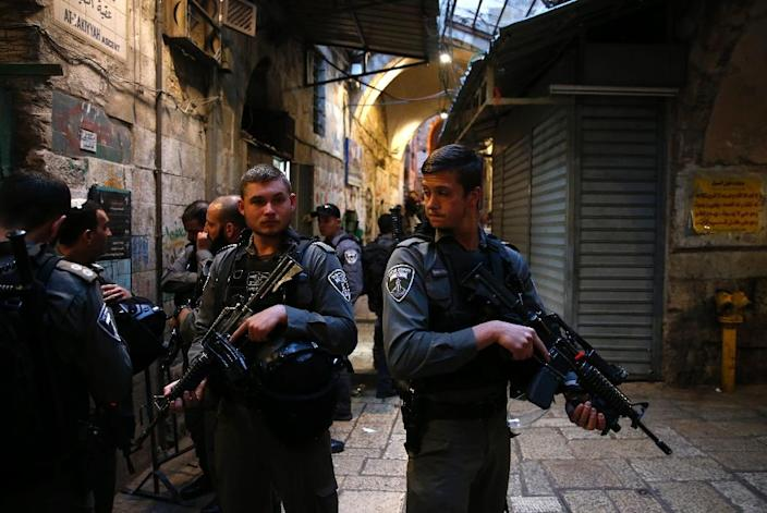 Israeli security forces stand guard at the site of a stabbing attack by a Palestinian assailant, who was shot dead, in Jerusalem's Old City on March 18, 2018 (AFP Photo/Ahmad GHARABLI)