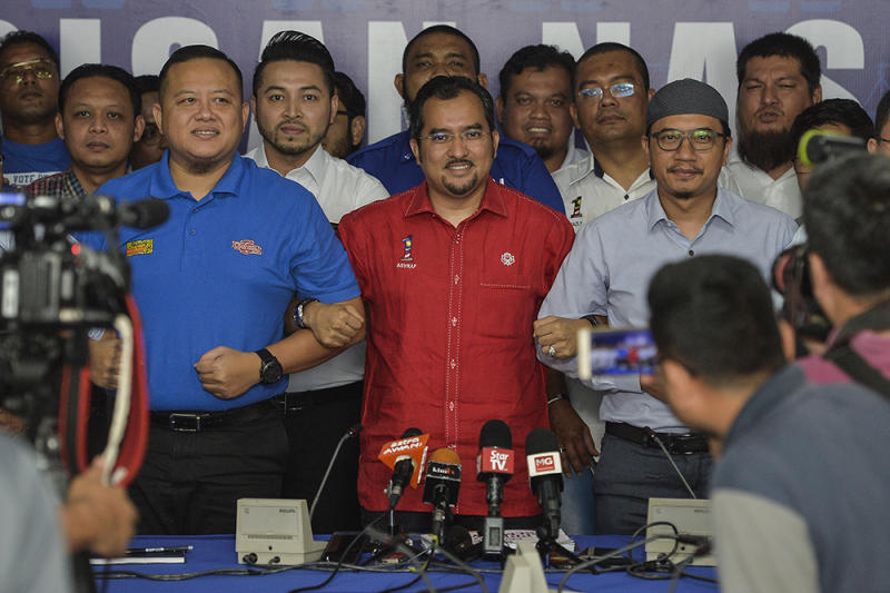 Umno Youth Chief, Datuk Asyraf Wajdi Dusuki (centre) and PAS Youth Chief, Muhammad Khalil Abdul Hadi (right) pose after a joint press conference between Umno Youth Chief and PAS Youth Chief in Semenyih February 10,2019. — Picture by Miera Zulyana