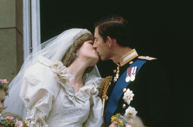 Prince Charles, Prince of Wales, kissing his wife, Princess Diana (1961 - 1997), on the balcony of Buckingham Palace in London after their wedding, 29th July 1981. (Photo by Keystone/Hulton Archive/Getty Images) (Photo: Keystone via Getty Images)