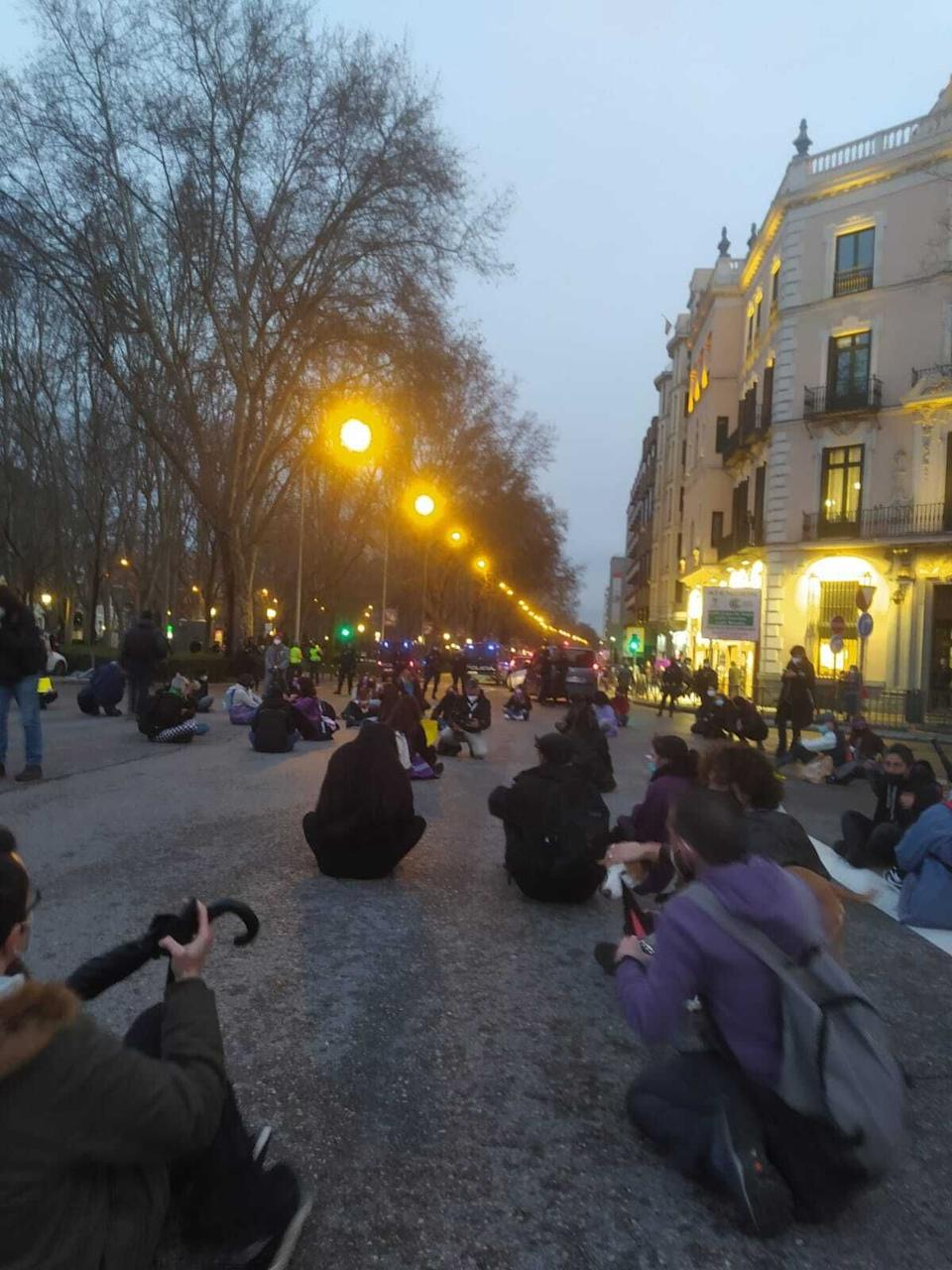 Sentada en la plaza de Neptuno, en Madrid (Photo: ABRIR BRECHA MADRID)