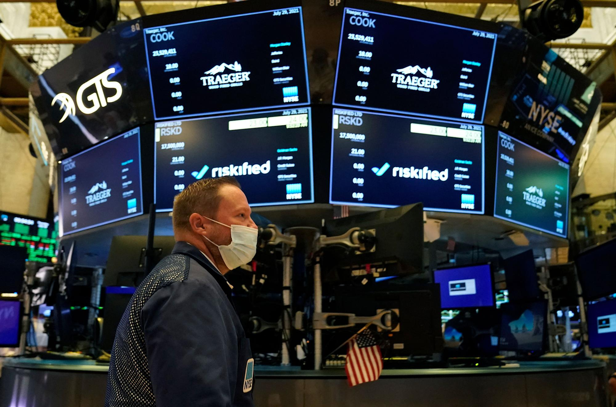 Inventory market information stay updates: Dow erases earlier beneficial properties to shut decrease, pulling again from an intraday report excessive as earnings roll in