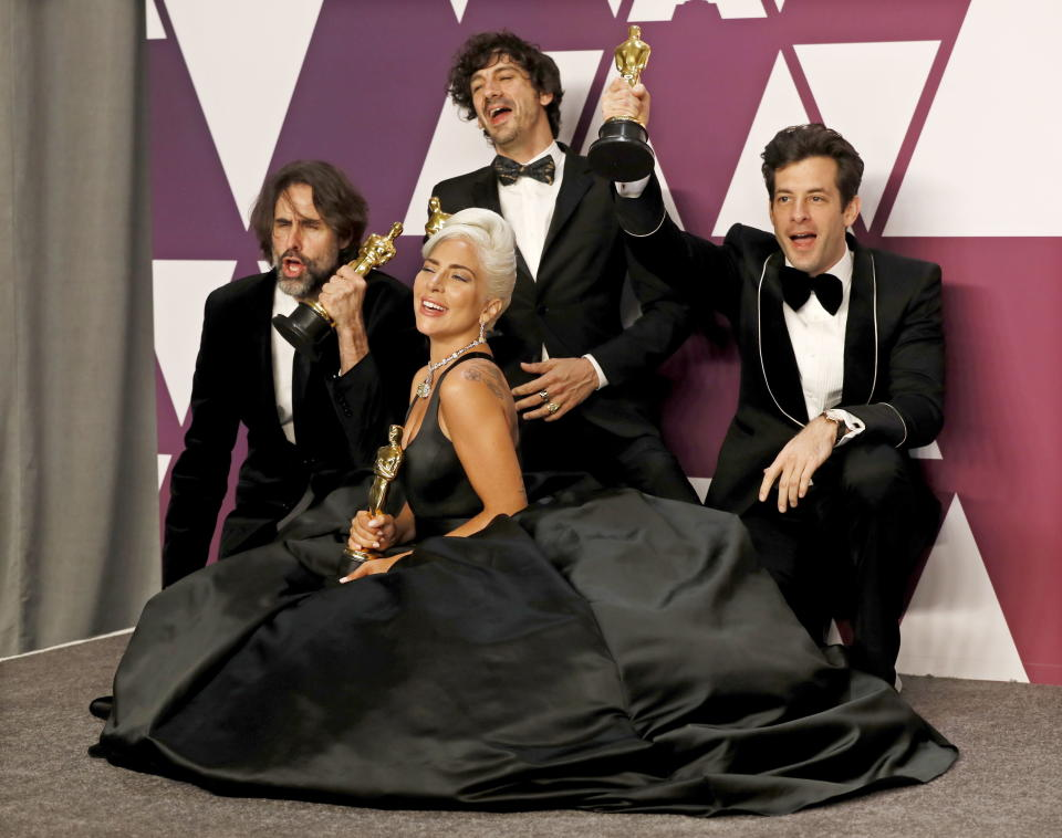 MCX429. Los Angeles (United States), 25/02/2019.- Andrew Wyatt, Anthony Rossomando, Mark Ronson and Lady Gaga pose with the Oscar for Music (Original Song) for 'Shallow' in the press room during the 91st annual Academy Awards ceremony at the Dolby Theatre in Hollywood, California, USA, 24 February 2019. (Estados Unidos) EFE/EPA/ETIENNE LAURENT