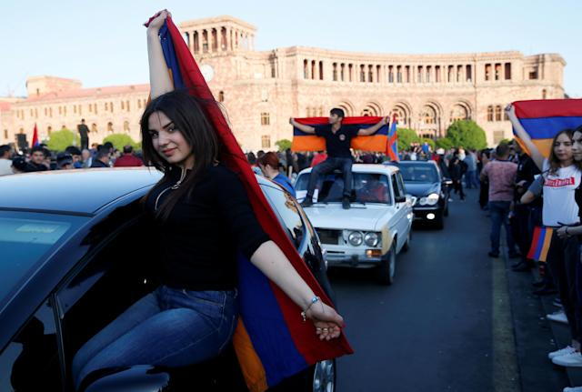 Supporters of Armenian opposition leader Nikol Pashinyan stage a rally in Yerevan, Armenia April 25, 2018. REUTERS/Gleb Garanich TPX IMAGES OF THE DAY
