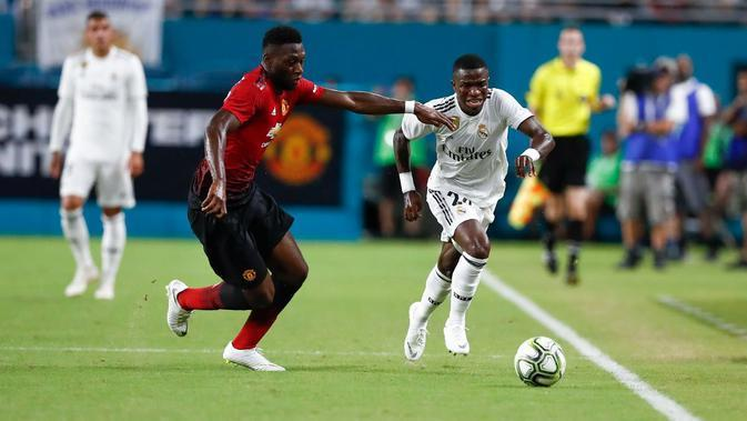 Striker anyar Real Madrid, Vinicius Junior, berduel dengan bek kanan Manchester United, Timothy Fosu-Mensah dalam laga pramusim International Champions Cup 2018. (Twitter Real Madrid)
