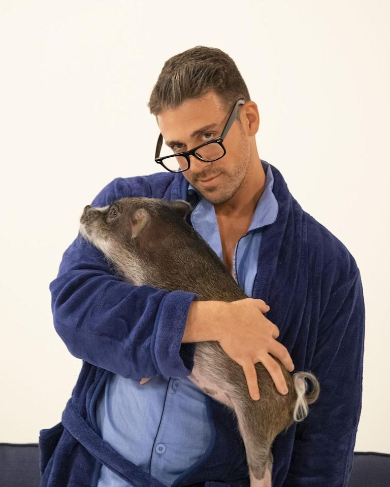 <p>Joey took a very cute photo with a pig during this episode's photo shoot, but he didn't have much of a connection with Hannah.</p>