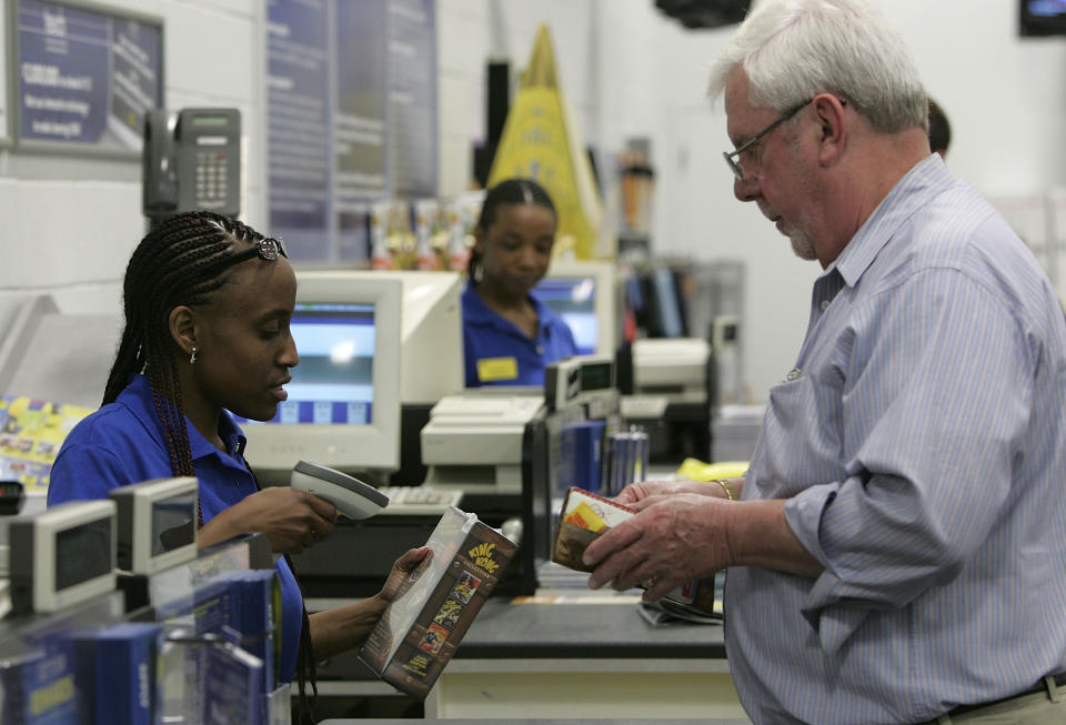 Best Buy employee Shanika Bell helps a customer check out at the cash register at a Best Buy store in San Francisco.  (Photo: Justin Sullivan/Getty Images)