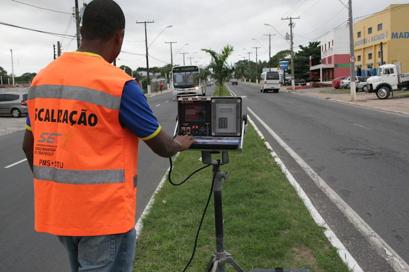 Salvador, Brazil – June 30, 2006: Employee of the prefecture of Salvador (BA) is seen operating radar for speed control of vehicles, in the neighborhood of Itapuã. (ISTOCK / Joá Souza).
