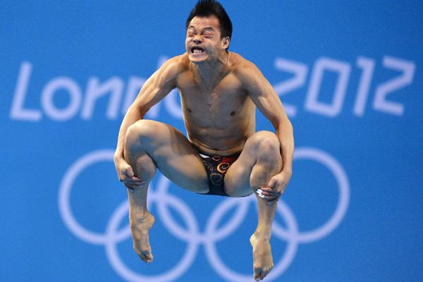 China's He Chong performs a dive during the men's 3m springboard semi-final at the London 2012 Olympic Games at the Aquatics Centre August 7, 2012.     REUTERS/Toby Melville (BRITAIN  - Tags: SPORT DIVING OLYMPICS TPX IMAGES OF THE DAY)
