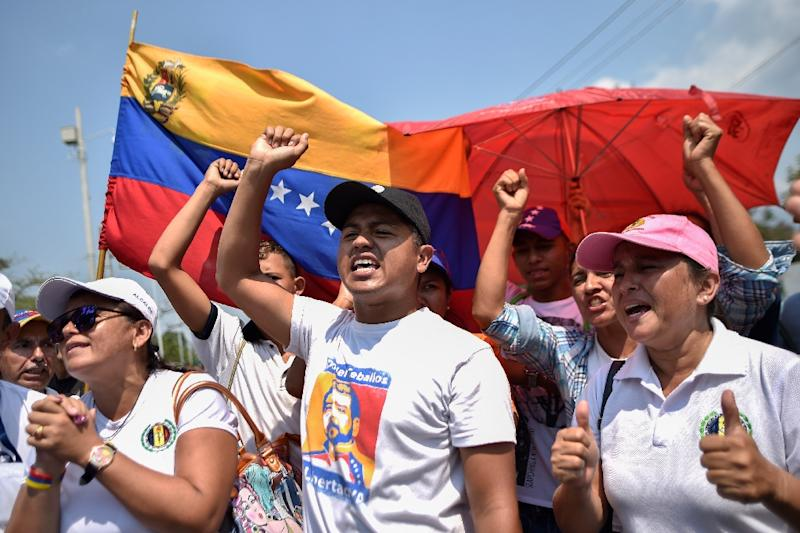 Venezuelans protest against the government of President Nicolas Maduro at a border bridge in Cucuta, Colombia (AFP Photo/Luis ROBAYO)