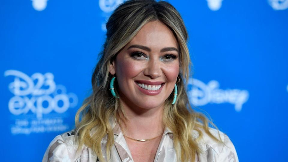 Hilary Duff wore the comfiest cashmere joggers by celeb-favourite maternity brand, Hatch. (Image via Getty Images)