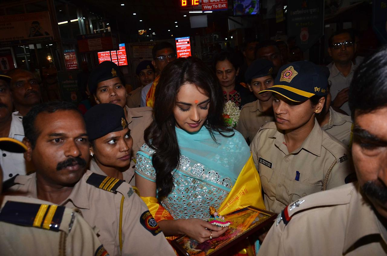 <p>SEE PICS: Miss World Manushi Chhillar receives grand welcome in Mumbai </p>