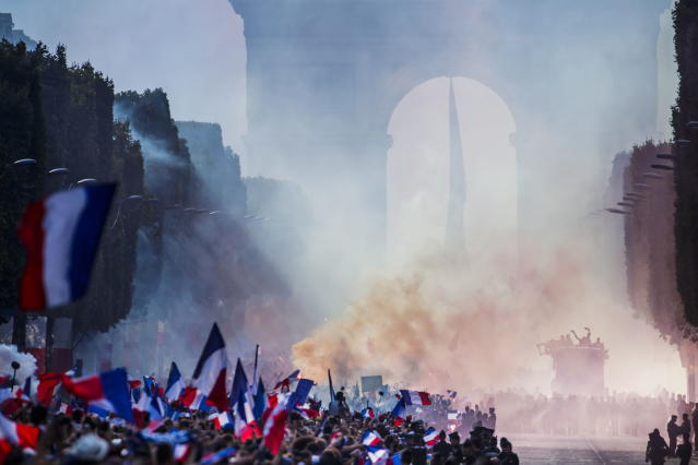 Paris (France), 16/07/2018.- French supporters greet the France's national soccer team players during a parade down the Champs-Elysee avenue in Paris, France, 16 July 2018. France won 4-2 the FIFA World Cup 2018 final against Croatia in Moscow, on 15 July. (Croacia, Mundial de Fútbol, Moscú, Francia) EFE/EPA/CHRISTOPHE PETIT TESSON