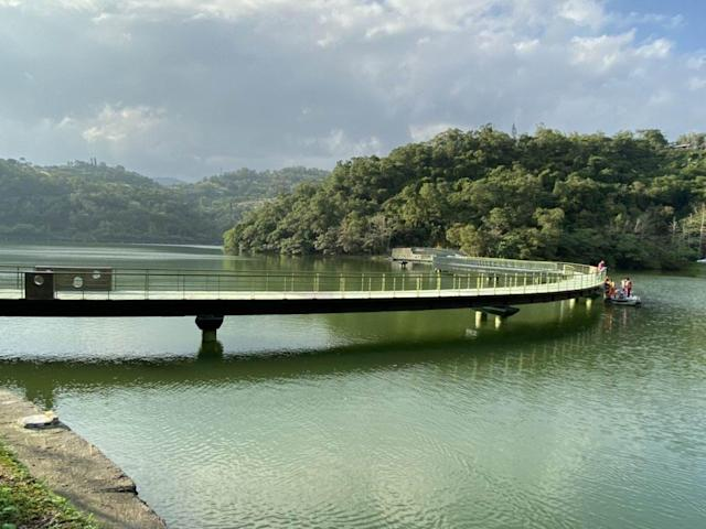 <p>The bridge crossing over the Longtan lake looks like a dragon resting on the lake. (Courtesy of Department of Business and Tourism, Yilan County Government)</p>