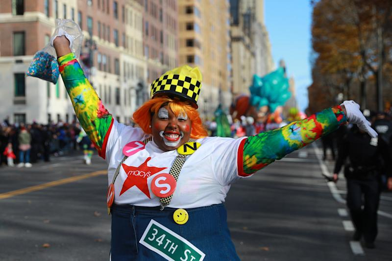 "One of the ""City Tourist Clowns"" entertains spectators along Central Park West in the 93rd Macy's Thanksgiving Day Parade. (Photo: Gordon Donovan/Yahoo News)"