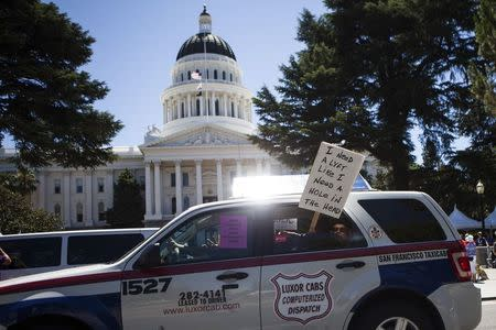 Taxi drivers protest against transportation network companies such as Uber and Lyft along with Assembly Bill 2293 at the State Capitol in Sacramento, California, June 25, 2014.  REUTERS/Max Whittaker/File Photo