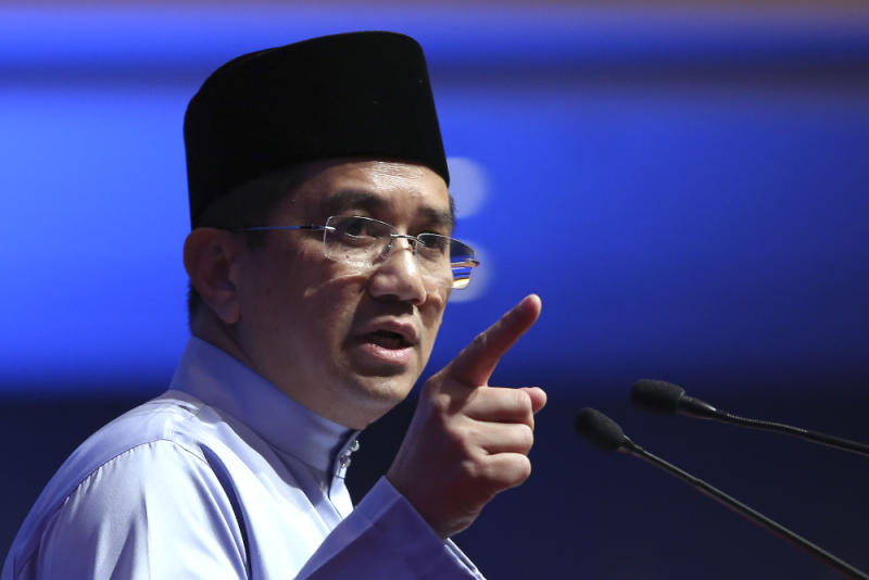 Incumbent Datuk Seri Mohamed Azmin Ali maintained his lead over challenger Rafizi Ramli in the contest for the PKR deputy president post today. — Picture by Yusof Mat Isa