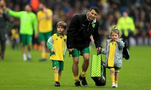 Football League: Norwich savour Wes Hoolahan's 'perfect finish'