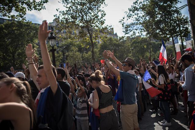 PIL08. Paris (France), 16/07/2018.- French supporters wait for the arrival of the France's national soccer team players for a parade down the Champs-Elysee avenue in Paris, France, 16 July 2018. France won 4-2 the FIFA World Cup 2018 final against Croatia in Moscow, on 15 July. (Croacia, Mundial de Fútbol, Moscú, Francia) EFE/EPA/ROMAN PILIPEY