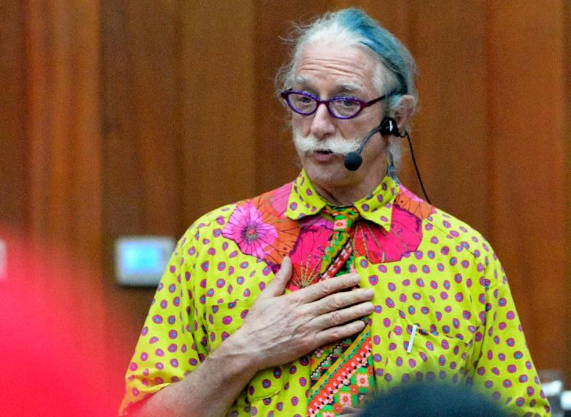 """Hunter Doherty, American physician and clown who inspired the movie 'Patch Adams' starring Robin Williams, seen during '""""Tell me everything about Cancer""""' symposium at a cancer treatment hospital in Lima, Peru, on August 13, 2014 (AFP Photo/Cris Bouroncle)"""