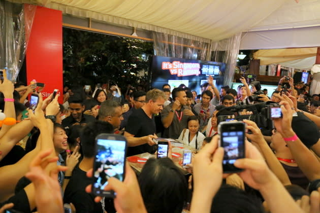 Celebrity chef Gordon Ramsay got rock star treatment from fans. (Yahoo! photo/Catherine Ling)