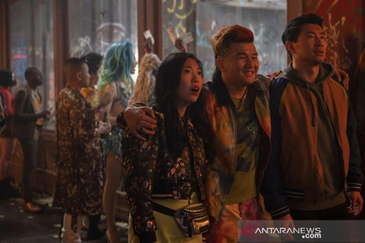 """(L-R): Katy (Awkwafina), Jon Jon (Ronny Chieng) and Shang-Chi (Simu Liu) in Marvel Studios' """"Shang-Chi and The Legend of The Ten Rings"""" (2021). Photo by Jasin Boland. (ANTARA/Marvel Studios/Jasin Boland)"""