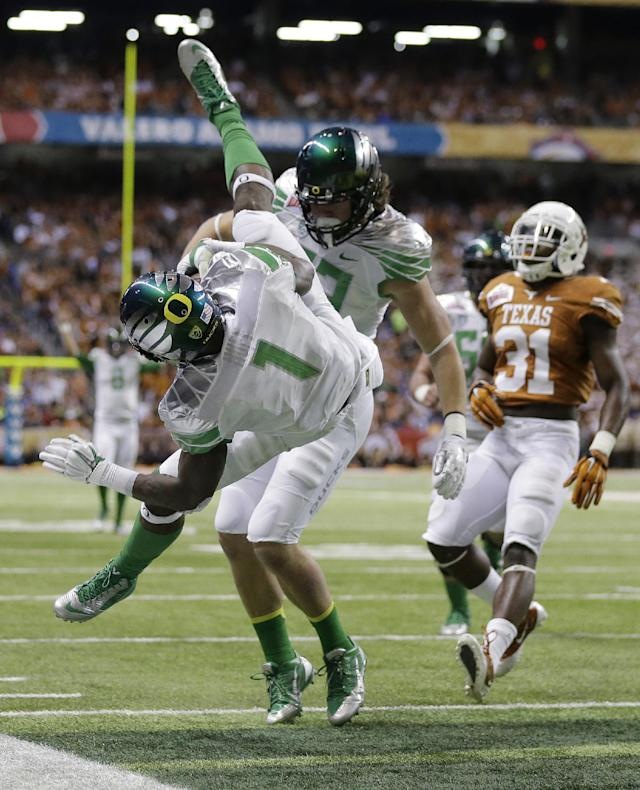 Oregon's Josh Huff (1) dives for a touchdown against Texas during the second quarter of the Valero Alamo Bowl NCAA college football game, Monday, Dec. 30, 2013, in San Antonio. (AP Photo/Eric Gay)