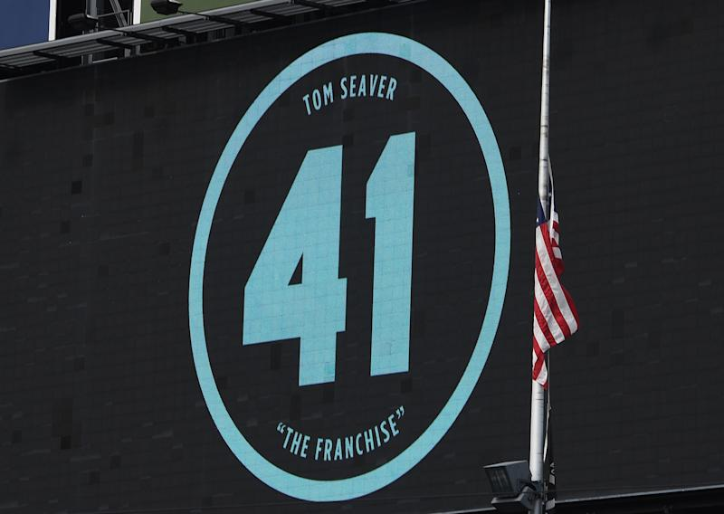 NEW YORK, NEW YORK - SEPTEMBER 03: The right field video board displays former Mets pitcher Tom Seaver's retired #41 with the flag at half-staff during the first inning against the New York Yankees at Citi Field on September 03, 2020 in the Queens borough of New York City. Seaver passed away August 31, 2020. (Photo by Sarah Stier/Getty Images)