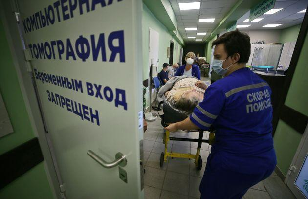 IVANOVO, RUSSIA  JULY 20, 2021: Healthcare workers pull a hospital bed with a patient at a facility treating people who suffer from the novel coronavirus disease (COVID-19), at Ivanovo City Hospital No 4. Since the start of the pandemic, the Ivanovo Region has confirmed 40,148 cases of COVID-19. Vladimir Smirnov/TASS (Photo by Vladimir Smirnov\TASS via Getty Images) (Photo: Vladimir Smirnov via Getty Images)